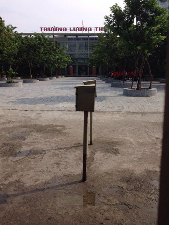 Quang cảnh vắng vẻ của sân trường Lương Thế Vinh giữa tiết học