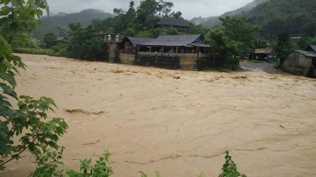 Mưa lớn, nước dâng cao nhiều bản làng thuộc huyện Lang Chánh bị cô lập