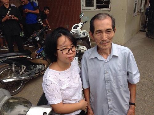 Chị Lê Thùy Dương cùng thầy giáo cũ của mình qua chia sẻ nỗi mất mát với gia đình PGS Văn Như Cương.