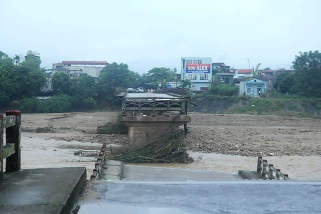 Hiện trường cầu Thia bị mưa lũ đánh sập 2 nhịp và trôi mất trụ cầu. Ảnh: PV