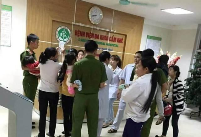 Nhiều cháu nghi bị ngộ độc thực phẩm được đưa vào bệnh viện tối 16/11. Ảnh: Phú Thọ 24h