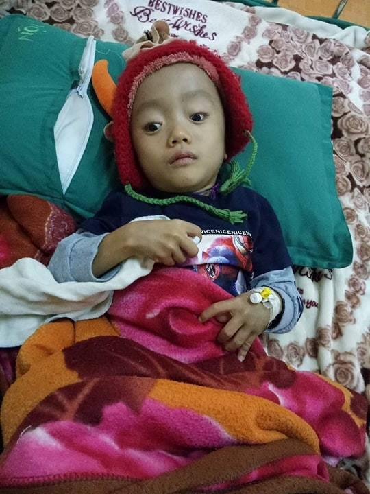 Sau khi được phẫu thuật, chữa trị, hiện tại bé Việt đã có thể ngồi. Ảnh: Hoài My