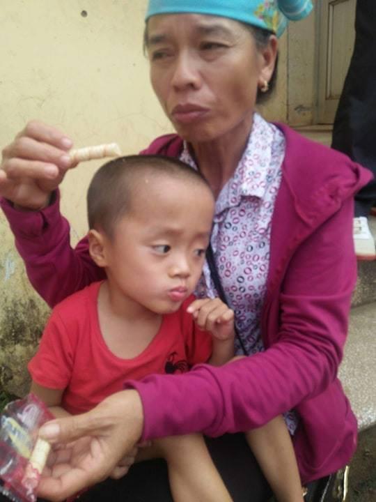 Bà Bạc Thị Thơ chỉ mong có một chiếc xe đạp điện để có thể đưa đón bé đi học dễ dàng hơn. Ảnh: Hoài My