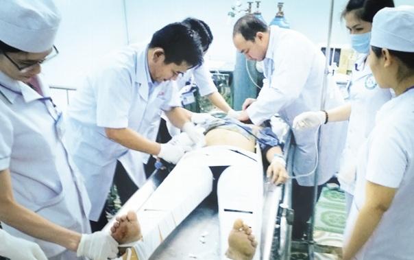 Các bác sĩ đang cấp cứu nạn nhân vụ tai nạn giao thông nghiêm trọng khiến 16 người thương vong tại BVĐK tỉnh Kon Tum. Ảnh: TN