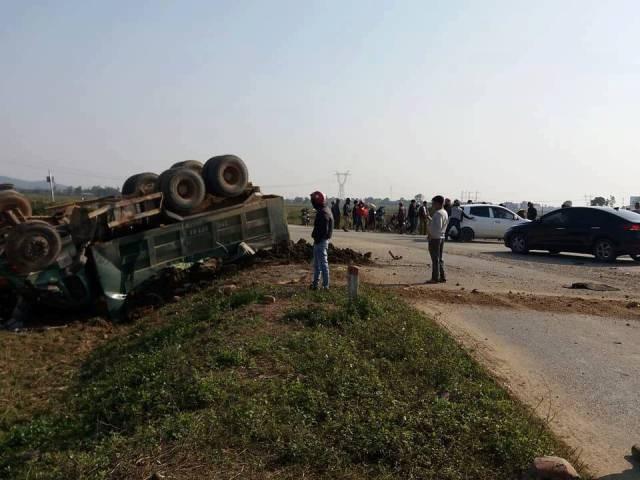 Xe tải Howo đối đầu xe ô tô con khiến 3 người thương vong