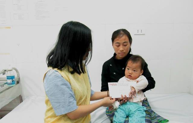 PV Báo Gia đình & Xã hội trao quà của bạn đọc ủng hộ đến mẹ con chị Hâng. Ảnh: PV
