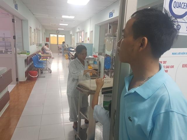 10 ngày nay, anh Tào Đức Lưu bỏ ăn, bỏ ngủ luôn túc trực ngóng trông cặp con song sinh đang điều trị trong lòng ấp của Khoa hồi sức cấp cứu sơ sinh. Ảnh: T.G