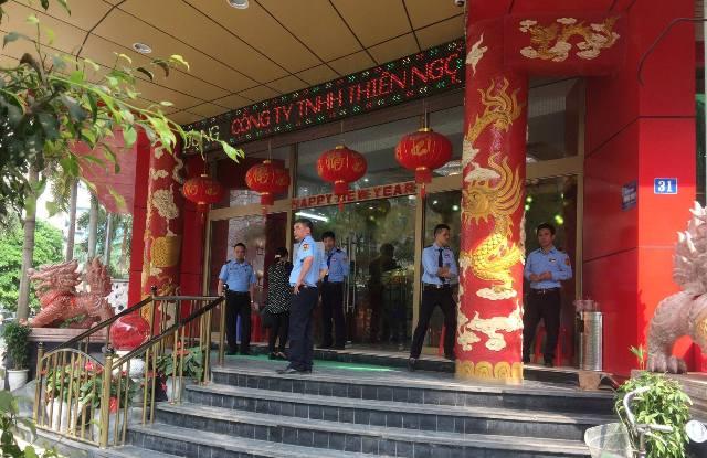 Chiều 25/4, lực lượng bảo vệ trước của công ty Thiên Ngọc Minh Uy được tăng cường. Tuy nhiên không có tình trạng người dân tụ tập đông đúc trước của trụ sở.