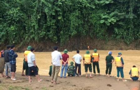 Lực lượng chức năng vẫn đang tích cực tìm kiếm dọc 2 bờ sông Âm