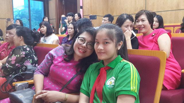 Cháu Nguyễn Ngọc Linh và mẹ tại Hội nghị biểu dương.