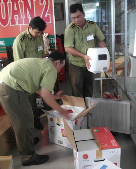 Một cơ sở bán hàng đa cấp của Thiên Ngọc Minh Uy bị lực lượng Quản lý thị trường niêm phong hàng hóa.