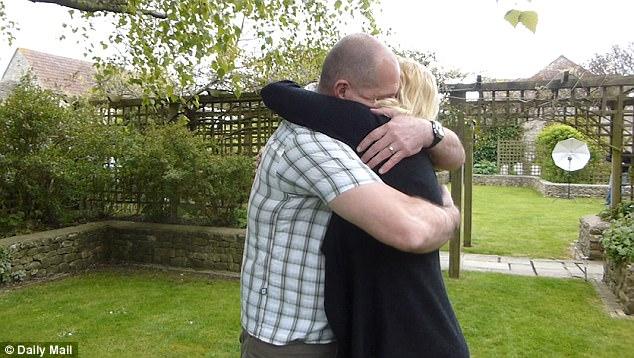 """Alexander Blackman cuối cùng đã được thả tự do, anh ôm """"người vợ hiếm có"""" của mình xúc động"""