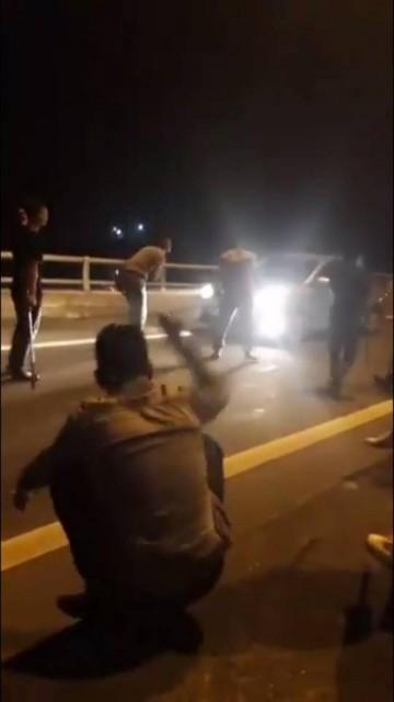 Bắt 9 thanh niên vừa chặn xe xin tiền vừa... livestream thách thức công an