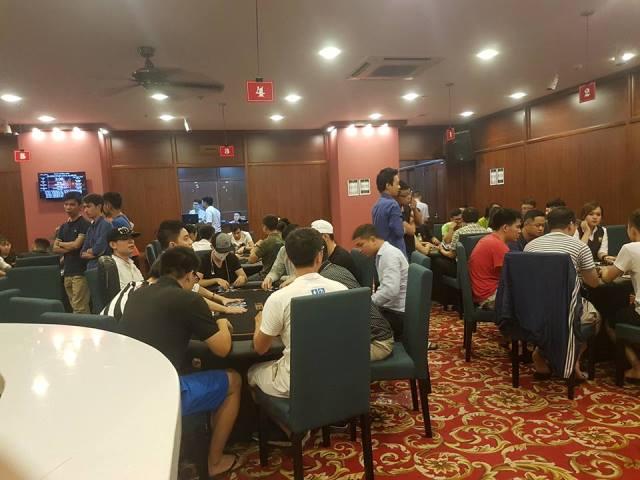 Cảnh đông nghẹt ở Loyal Poker Club.