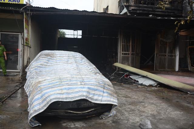 Chiếc ô tô 4 chỗ cũng bị lửa thiêu cháy làm hư hỏng.