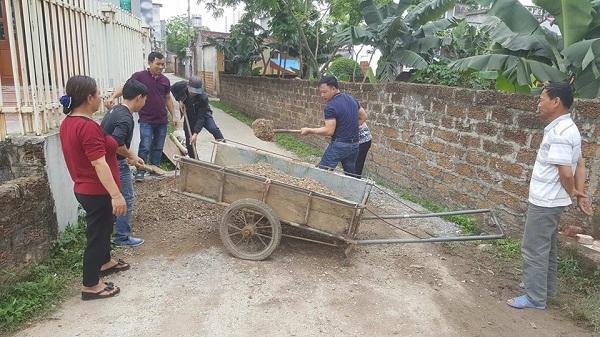 Ngay từ đầu xóm 1, người dân đã dọn dẹp đống vật liệu chắn đầu con ngõ.