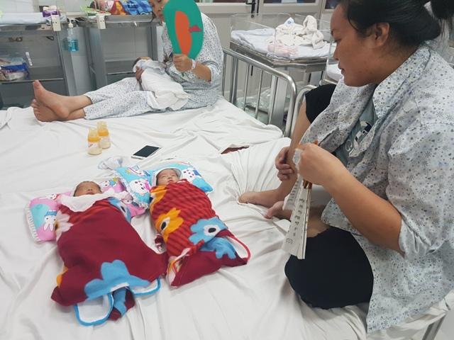 Hai bé song sinh đang tiến triển tốt và không còn phải chăm sóc đặc biệt trong lồng kính như những ngày trước. Ảnh: T.G