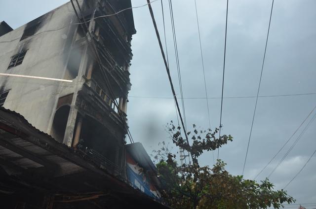 Do nhà xây kiên cố, có chuồng cọp nên lực lượng chức năng và người dân đã phá chuồng cọp phía sau nhà cứu được 5 trong tổng số 7 người.