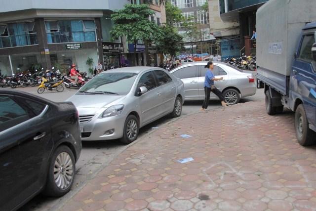 Tình trạng đỗ xe lộn xộn trong bãi gửi xe của công ty TNHH MTV khai thác điểm đỗ xe Hà Nội tại ngõ 129 Trần Đăng Ninh.