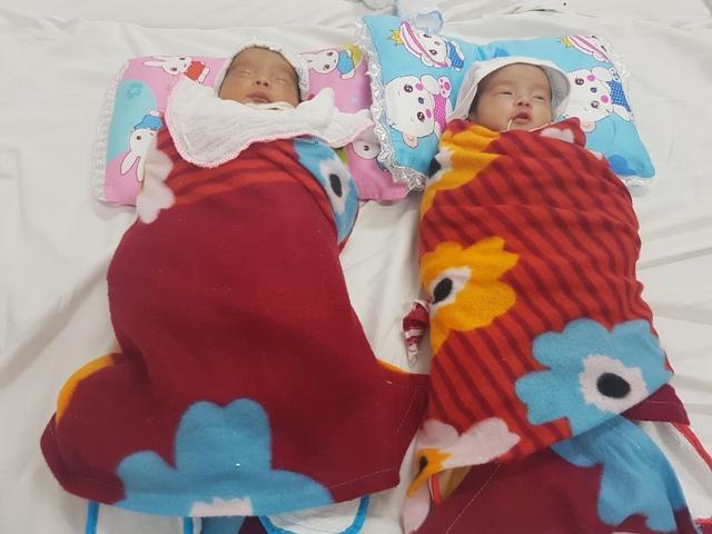 Do nhập viện từ lúc mới chào đời nên các bác sỹ tạm đặt tên cho cặp bé trai song sinh là Tào Anh, Tào Em để dễ phân biệt.