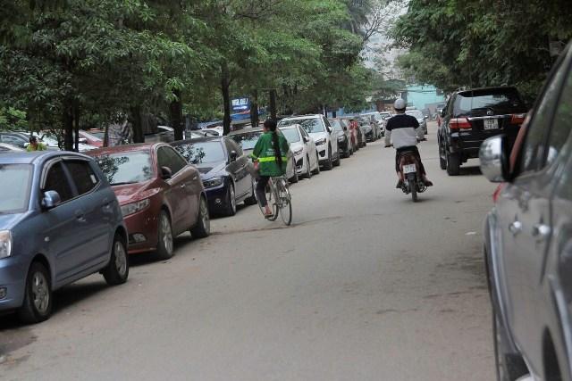 Bãi gửi xe của tòa nhà CMC tràn kín vỉa hè kéo dài từ đầu ngõ đến cuối ngõ 76 Duy Tân.