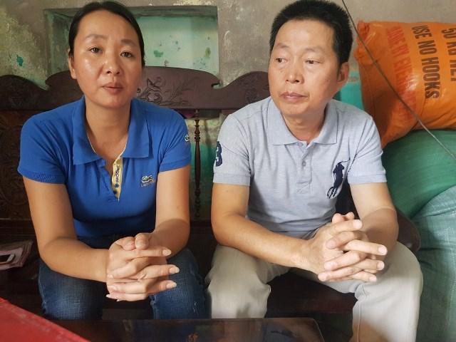 Chị Đặng Thị Bích (chị ruột anh Q.) và ông Đặng Đình Lâm (chú ruột anh Q.) mong Công ty Bảo hiểm Prudential trả lời rõ ràng sự việc. Ảnh: PV