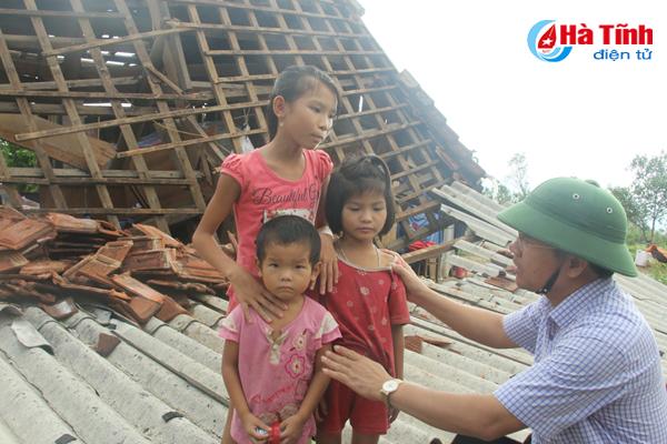 3 đứa trẻ đang thẫn thờ nhìn mái ấm nhỏ đã tan tành sau bão. Ảnh: Báo Hà Tĩnh