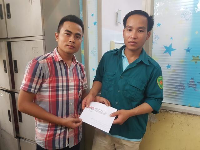 PV Báo Gia đình & Xã hội trao số tiền ủng hộ của bạn đọc đến anh Tào Đức Lưu.