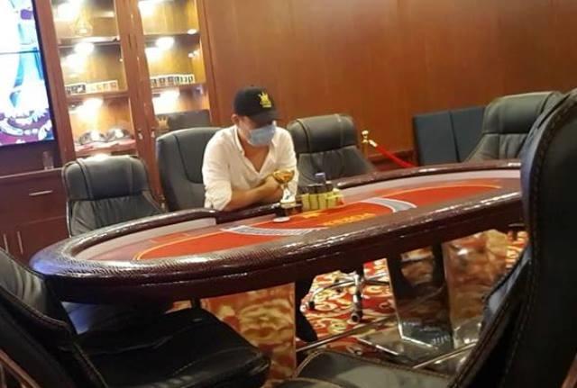 Vận động viên này thường xuyên chiến thắng ở các giải đấu lớn tại Loyal Poker Club. Trong ảnh, nam thanh niên này nhận cúp và 80 triệu đồng tiền mặt cho người vô địch. Ảnh chụp cuối tháng 7/2017.