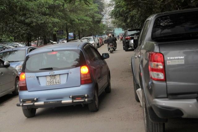 Do số lượng lớn xe đỗ khiến mật độ lưu thông tại các ngõ nhỏ khá chật chội.