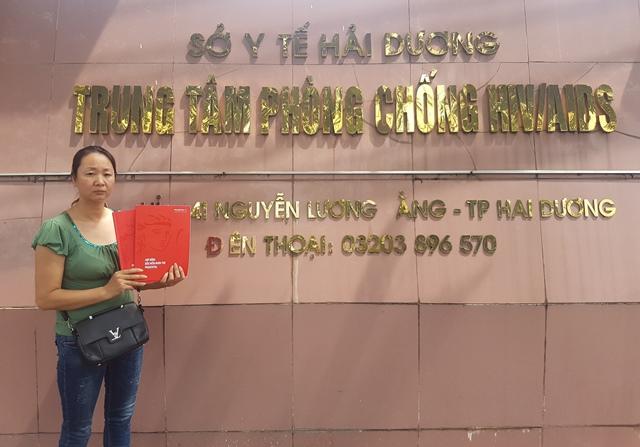 Chị Đặng Thị Bích đến Trung tâm phòng chống HIV AIDS tỉnh Hải Dương để tìm hiểu thực hư sự việc. Ảnh: PV