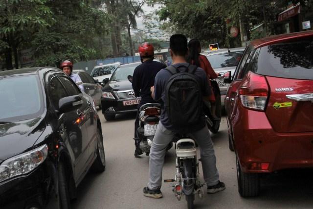 Quá nhiều bãi đỗ xe dưới lòng đường khiến con ngõ 76 đường Duy Tân (Cầu Giấy - Hà Nội) luôn trong tình trạng ùn ứ.