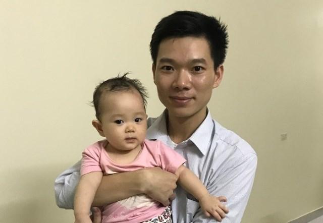 BS Hoàng Công Lương bên con gái ngày trở về. Ảnh: N. Huyền