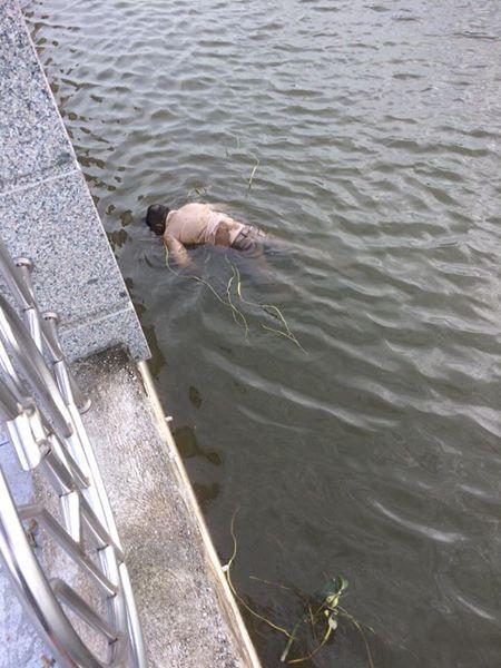 Thi thể trên sông Đáy được người dân phát hiện.