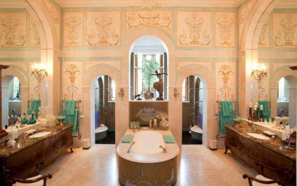 Halcyon Hall, Radlett Hertfordshire. Giá 12,95 triệu bảng Anh. Phòng tắm được thiết kế theo phong cách nữ hoàng Elizabeth. Nó nằm trong một căn hộ xa hoa, được hoàn thành năm 2005.