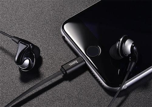 iPhone 8 có thể vừa sạc vừa nghie nhạc qua tai nghe có dây.