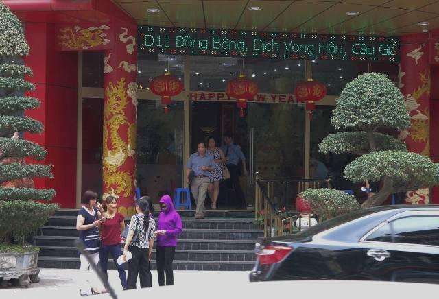 Chiều 26/4, vẫn tấp nập người ra, vào trụ sở chính của Công ty Thiên Ngọc Minh Uy. Ảnh: T.G