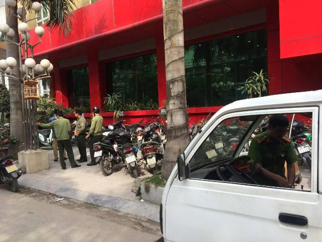 Công an phường Dịch Vọng Hậu, quận Cầu Giấy, Hà Nội thường xuyên phải có mặt tại khu vực trụ sở công ty Thiên Ngọc Minh Uy để xử lý tình trạng dừng, đỗ xe sai quy định.