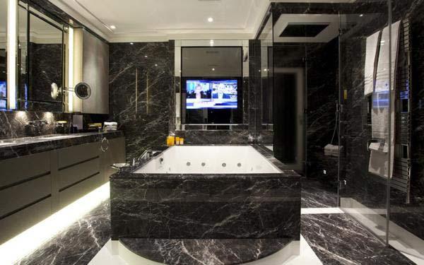 Fountain House, Hyde Park, London. Giá bán 19,5 triệu bảng anh. Phòng tắm này cũng được ốp lát bằng đá cẩm thạch đen và những tấm gương. Có một bồn tắm lớn để chủ nhân có những phút giây thư giãn tuyệt vời.