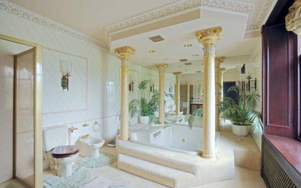 Denfield House, by Arbroath, Angun. Giá 595.000 bảng Anh. Phòng tắm này có một bồn tắm cao cấp hiệu Jacuzzi với những chiếc trụ cột trang trí ở các góc. Dù mang chút ảnh hưởng phong cách hoàng gia nhưng dường như nó không được đánh giá cao về sự sang trọng.
