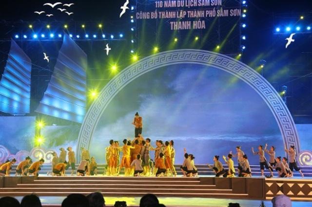 """Với chủ đề """"Sầm Sơn bốn mùa biển hát"""", gần 400 nghệ sĩ đã tái hiện lại quá trình hình thành và phát triển của Sầm Sơn."""