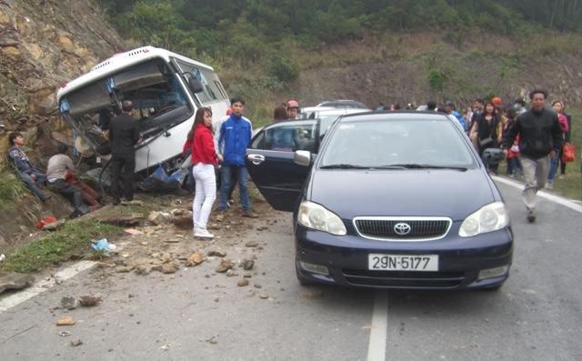 Sau khi mất phanh, chiếc xe khách đã lao vào vách núi. Ảnh: Ngân Hà