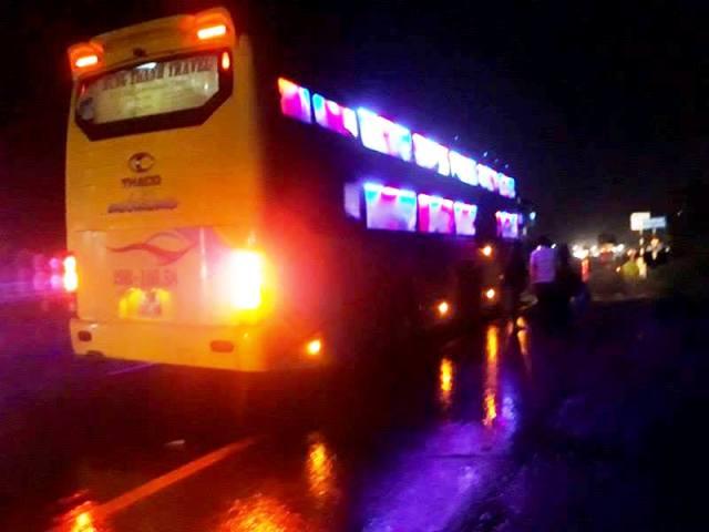 Chiếc xe của hãng Hưng Thành dừng đón khách ở cầu Trúc Khê (Quảng Trị). Ảnh: T.G