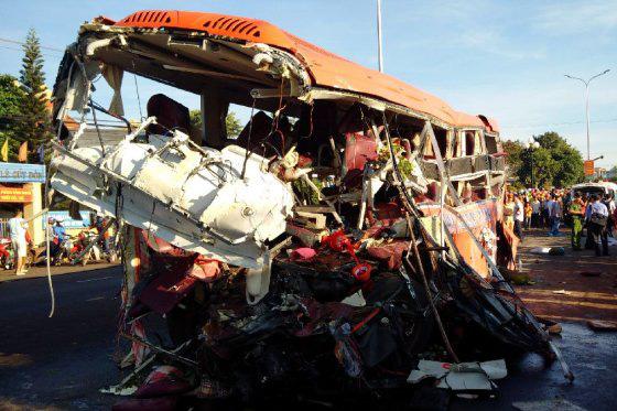 Hiện trường vụ xe tải tông xe khách khiến 13 người tử vong tại Gia Lai. Ảnh: Tư liệu