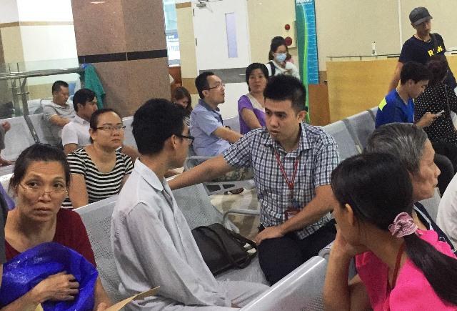 Phạm Tú Biên trò chuyện với các thầy cô trong Khoa Báo chí trước khi thực hiện ca phẫu thuật. Ảnh: Linh Nhi