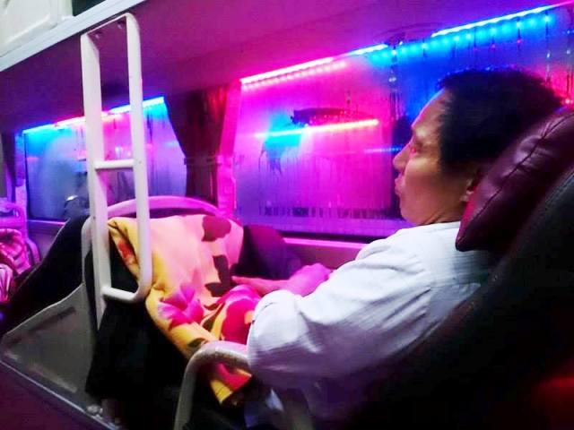 Nhiều hành khách trên xe cho biết mình tự điện thoại đặt chỗ chứ không phải hợp đồng theo tour. Ảnh: T.G