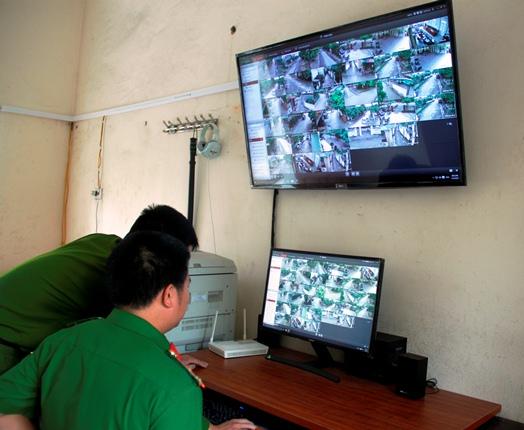 Các chiến sĩ Công an phường Trung Đô đang kiểm tra hệ thống. Ảnh: V.Đồng