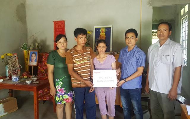 PV Cao Tuân trong lần trao tiền cho cặp song sinh dính liền MS 207. Ảnh: Tl