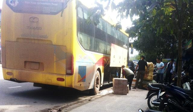 Một xe giường nằm ngang nhiên trả khách và hàng hóa trên đường Chu Văn An. Ảnh: T.G