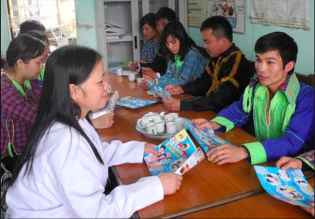 Tư vấn sức khoẻ tiền hôn nhân cho nam, nữ thanh niên tại huyện Cao Lộc, tỉnh Lạng Sơn. Ảnh: V.Thu
